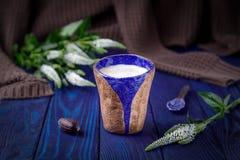Latte кофе и белые цветки на голубой предпосылке открытый космос Стоковое Изображение RF