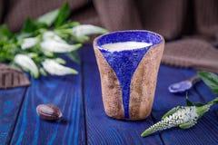 Latte кофе и белые цветки на голубой предпосылке открытый космос Стоковое фото RF