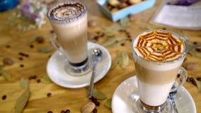 Latte кофе на столе Стоковые Фото