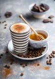 Latte кофе с некоторым медом стоковые фотографии rf