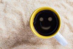 Latte кофе с smiley чашки на предпосылке сахара Стоковое фото RF