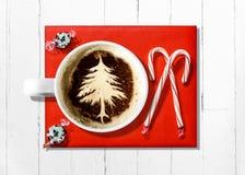 Latte рождественской елки на Красной книге с тросточками конфеты Стоковые Изображения RF