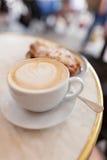 Latte с круассаном стоковые изображения rf