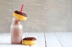 Latte al cioccolato con la ciambella del cioccolato Fotografia Stock