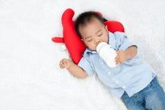 Latte alimentare del bambino Fotografie Stock