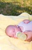 Latte alimentare del neonato dalla bottiglia Fotografie Stock