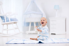 Latte alimentare del neonato in scuola materna soleggiata fotografia stock libera da diritti