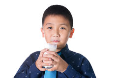 Latte alimentare del ragazzo con i baffi del latte che tengono isola del bicchiere di latte Immagine Stock Libera da Diritti