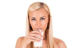 Latte alimentare della giovane donna Immagine Stock