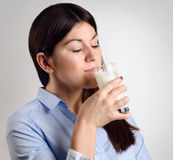 Latte alimentare della giovane donna Fotografie Stock