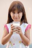 Latte alimentare della ragazza Immagine Stock