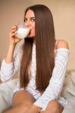 Latte alimentare della ragazza Fotografia Stock