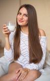 Latte alimentare della ragazza Fotografie Stock