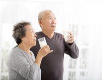 Latte alimentare delle coppie senior felici immagine stock libera da diritti