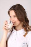 Latte alimentare di modello Fine in su Priorità bassa bianca Immagini Stock Libere da Diritti