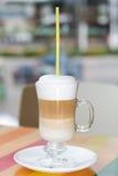 Latte alto da xícara de café com creme wipped Imagens de Stock