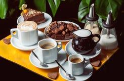 Latte, americano och espresso med nisset och choklad Royaltyfri Bild