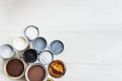Latte aperte delle pitture, della vernice e della macchia differenti fotografia stock