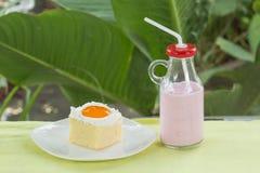 Latte arancio della fragola e del dolce Immagini Stock Libere da Diritti