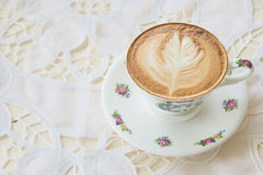 Latte Art Coffee dans la tasse de vintage sur la table dans le café s Images libres de droits