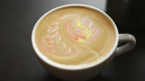 Latte Art Coffee Latte colorido del arco iris en una taza blanca almacen de metraje de vídeo