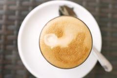 Latte auf einer Kaffetabelle Stockbild