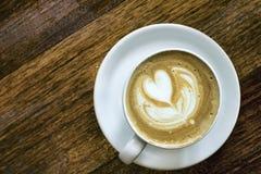 Latte auf Holztisch Stockfoto