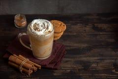 Latte avec de la cannelle Image stock