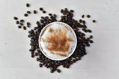 Latte avec des grains de caf? photos libres de droits