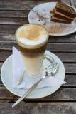 Latte avec le gâteau photos stock