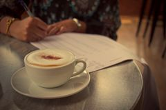 Latte bevente della giovane donna d'annata di immagine alla caffetteria Gi Fotografia Stock Libera da Diritti