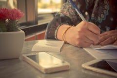 Latte bevente della giovane donna d'annata di immagine alla caffetteria Gi Immagini Stock Libere da Diritti