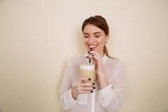 Latte bevente e risata del caffè della giovane donna graziosa allegra Immagini Stock Libere da Diritti
