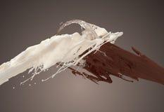 Latte bianco e cioccolato di Brown che spruzza sul fondo scuro Immagini Stock Libere da Diritti