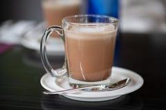 Latte Café в стеклянной чашке на керамической плите стоковое фото rf