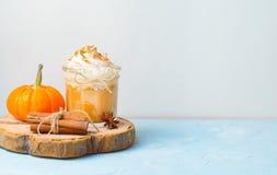 Latte, café, batido de leche o Smoothie de la especia de la calabaza con crema y canela azotados imagenes de archivo