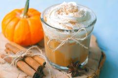 Latte, café, batido de leche o Smoothie de la especia de la calabaza con crema y canela azotados fotografía de archivo libre de regalías