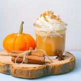Latte, café, milkshake ou Smoothie d'épice de potiron avec de la crème et la cannelle fouettées photo libre de droits