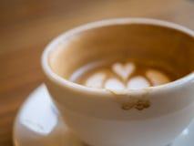 Latte caldo del caffè con macchia sulla tazza, concetto del fondo Immagini Stock Libere da Diritti