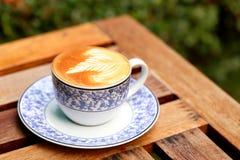 Latte caldo del caffè sul fondo di lerciume Fotografie Stock Libere da Diritti