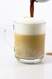 Latte caldo del caffè in una tazza vetrosa Immagini Stock Libere da Diritti