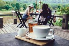 Latte caldo e tè caldo in un Natura fotografia stock