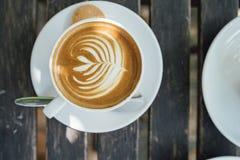 Latte caldo nella tazza bianca fotografia stock libera da diritti