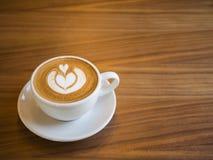 Latte caliente del café con la mancha en la taza, concepto del fondo Fotografía de archivo