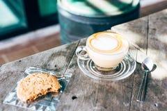 Latte caliente del café en forma de corazón fotos de archivo