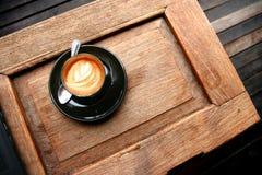 Latte caliente del café en la tabla de madera Imagenes de archivo