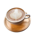 Latte caliente del café en la taza blanca en los platos de madera aislados en el fondo blanco Imágenes de archivo libres de regalías