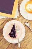 Latte caliente del café con forma de vida azul del ocio del pastel de queso de la baya Imágenes de archivo libres de regalías