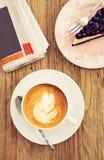 Latte caliente del café de la mañana con el lif azul del ocio del pastel de queso de la baya Foto de archivo libre de regalías