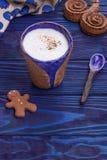 Latte casalingo con la veri cannella del Ceylon ed uomo di pan di zenzero Immagine Stock